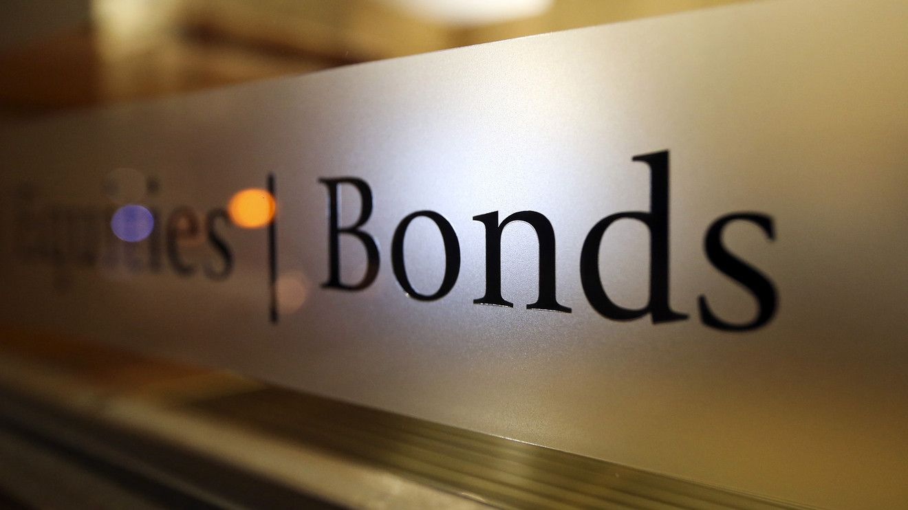 Bonds Rise, Dollar Falls as Retail Data Cast Doubt on Rate Hike